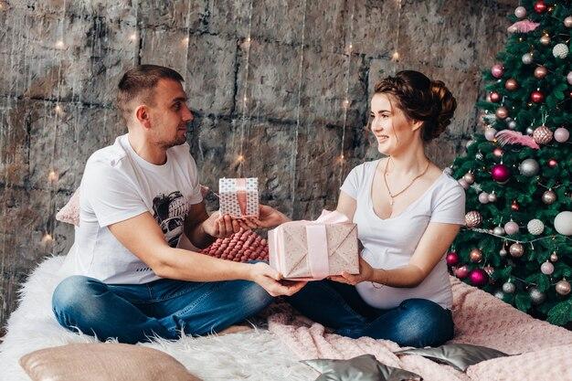 クリスマスに恋する若いカップル