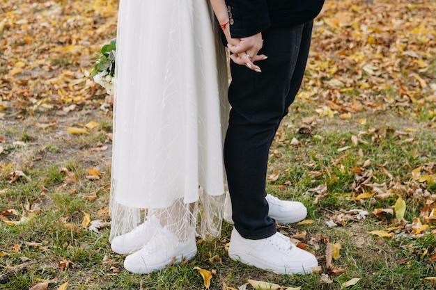 사랑에 빠진 젊은 부부는 그들의 작은 결혼식을 축하
