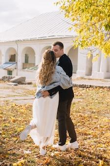 愛の若いカップルを祝う愛の若いカップルは秋の小さな結婚式を祝い、煙爆弾の小さな結婚式を楽しんでください