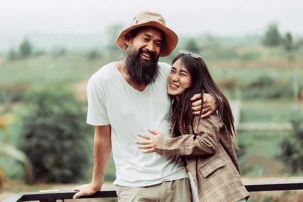 Молодая влюбленная пара, наслаждаясь медовым месяцем