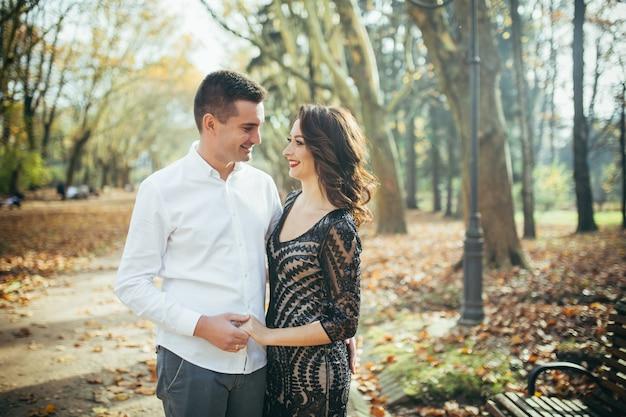 Молодая влюбленная пара в парке на первом свидании
