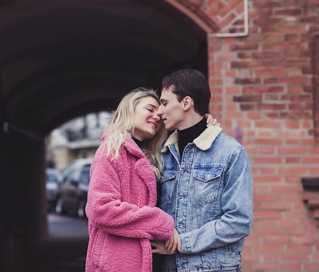 バレンタインデーに路上でキスを愛する若いカップル