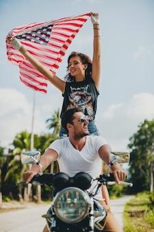 오토바이에 사랑에 젊은 부부