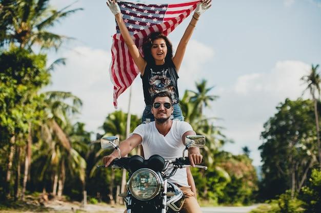 Молодая влюбленная пара на мотоцикле