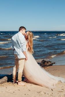 해변에서 사랑에 젊은 부부
