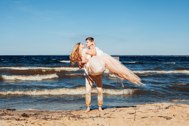 Молодая влюбленная пара на пляже