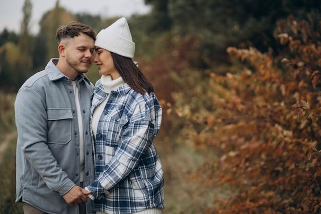公園で一緒にバレンタインデーに恋をしている若いカップル