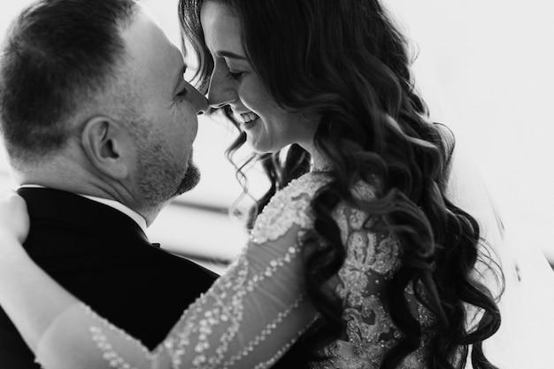 Молодая влюбленная пара в день свадьбы