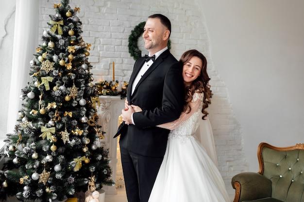 結婚式の日に恋をしている若いカップル