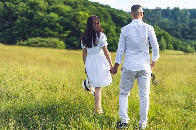 愛の若いカップル屋外見事な官能的な屋外の肖像画若いスタイリッシュなファッションカップルのポーズ