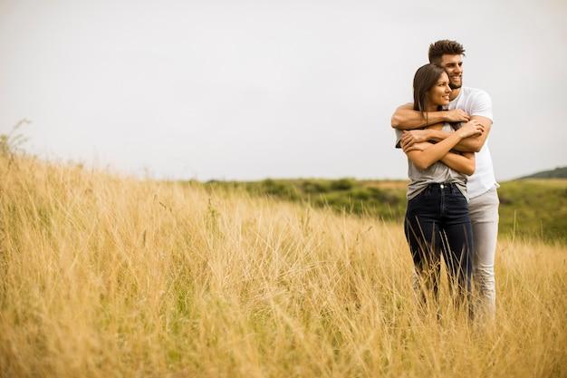 봄 자연에서 밖에 서 사랑에 젊은 부부