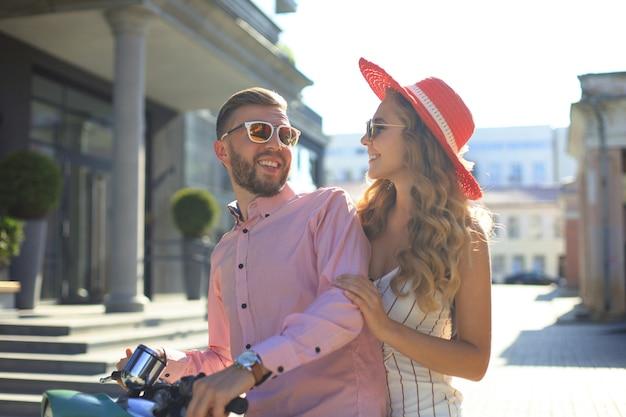 오토바이를 타고 사랑에 젊은 부부. 여행을 즐기는 라이더. 모험과 휴가 개념입니다.