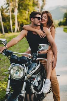 バイクに乗って愛の若いカップル