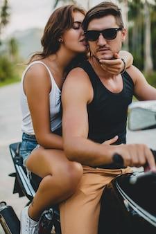 バイクに乗って恋をしている若いカップル