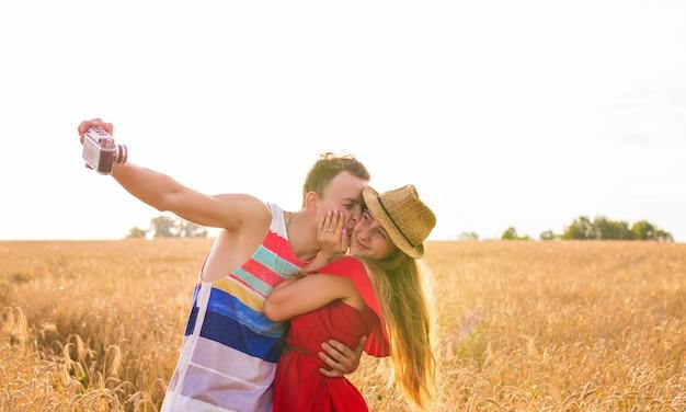 야외에서 셀카를 찍는 사랑에 빠진 젊은 부부