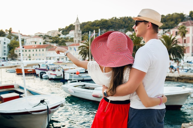 ロマンチックな新婚旅行で旅行する愛の若いカップル