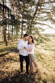 公園を散歩して愛の若いカップル