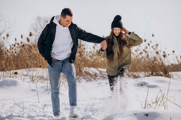 겨울 시간에 걷는 사랑에 젊은 부부