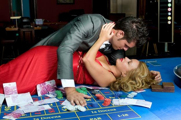 Молодая влюбленная пара выигрывает деньги за столами казино