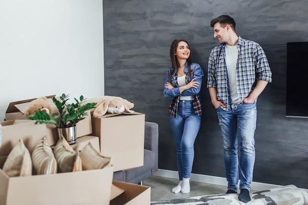 新しいアパートの若いカップル