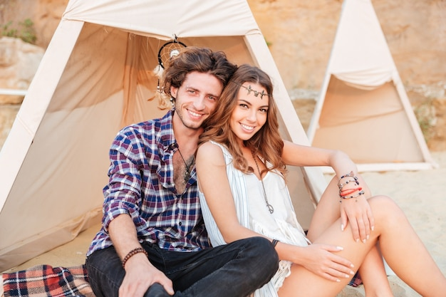 ビーチでテントの若いカップル