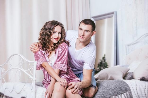 사랑과 행복에 함께 낭만적 인 데이트에 침실에서 젊은 부부