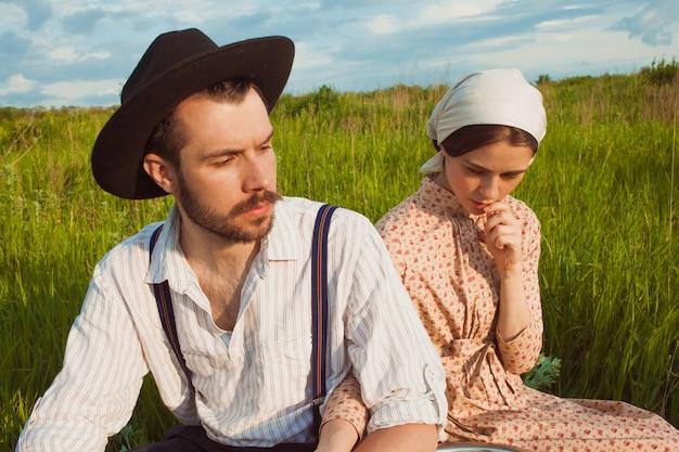 Молодая пара в поле