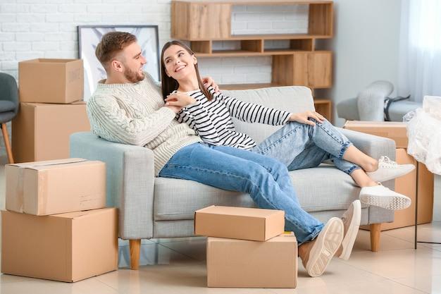 Молодая пара в своей новой квартире в день переезда