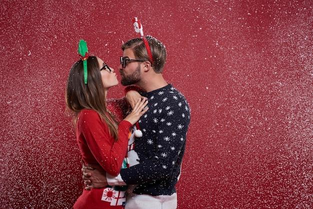 이상한 크리스마스 옷에 젊은 부부