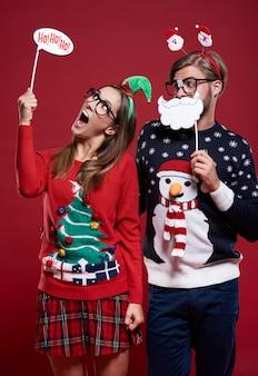 Молодая пара в странной рождественской одежде