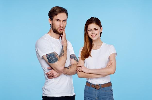 그와 의사 소통의 흰색 티셔츠 이미지에 젊은 부부