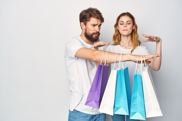 Молодая пара в белых футболках пакеты образ жизни распродажа