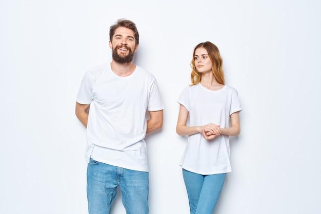 白いtシャツとジーンズのカジュアルウェアファッションモックアップの若いカップル