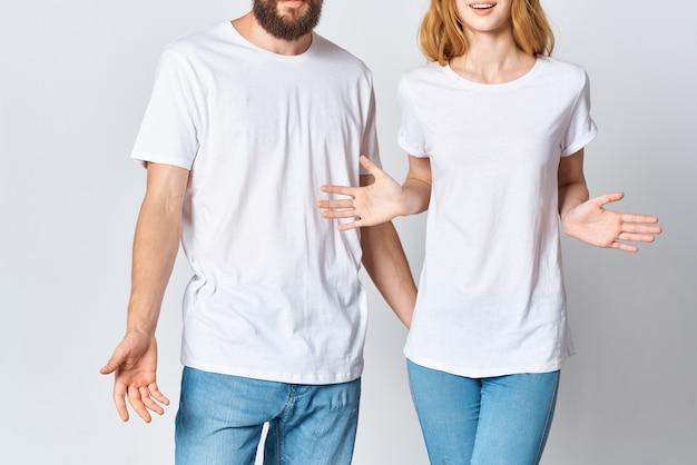 白いtシャツとジーンズの若いカップルのデザインのモックアップコピースペース