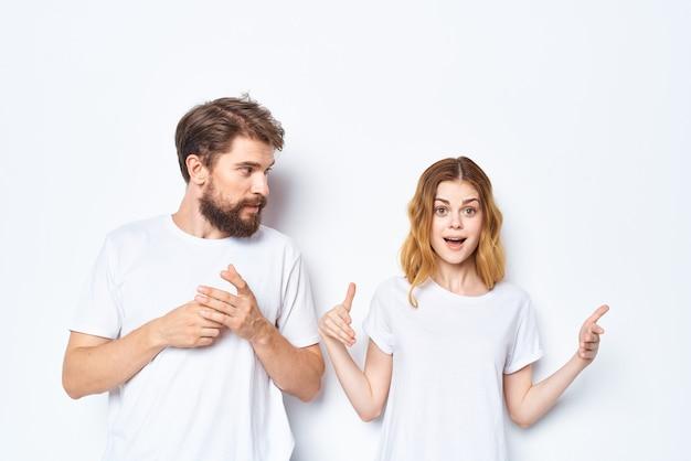 白いtシャツの若いカップルはカジュアルウェアをデザインします
