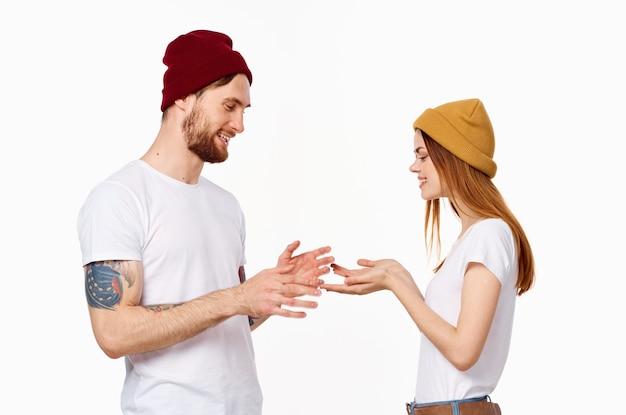 흰색 티셔츠 패션 포즈 스튜디오에서 젊은 부부