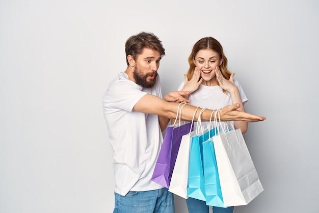 흰색 티셔츠 쇼핑 할인 엔터테인먼트에 젊은 부부
