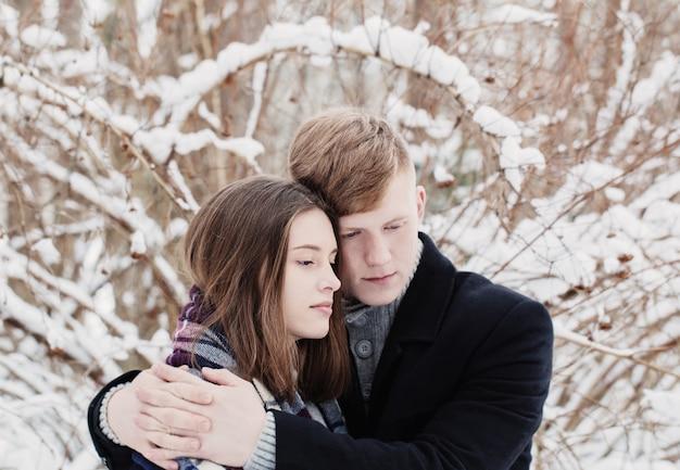 Молодая пара в зимнем парке