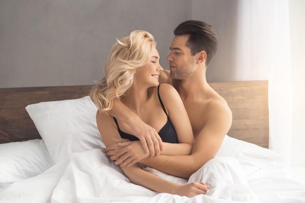 ベッドの情熱に関する若いカップルの親密な関係