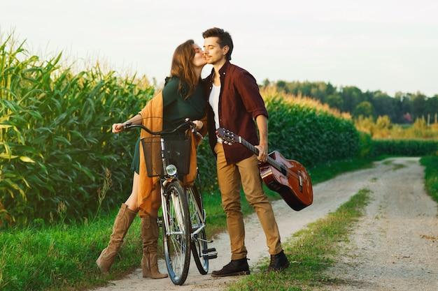 若いカップルが田舎道を歩いています。