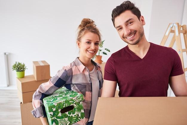 Молодая пара просто переезжает в новую квартиру