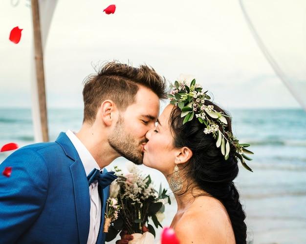 결혼식 피로연에서 키스하는 젊은 부부