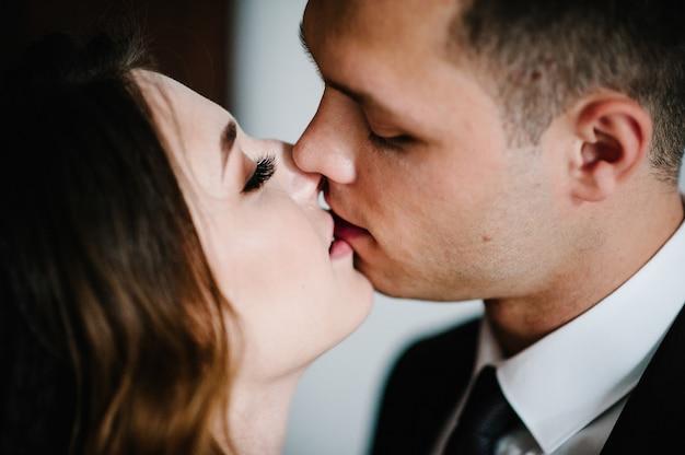 Молодая пара, целующаяся в день святого валентина