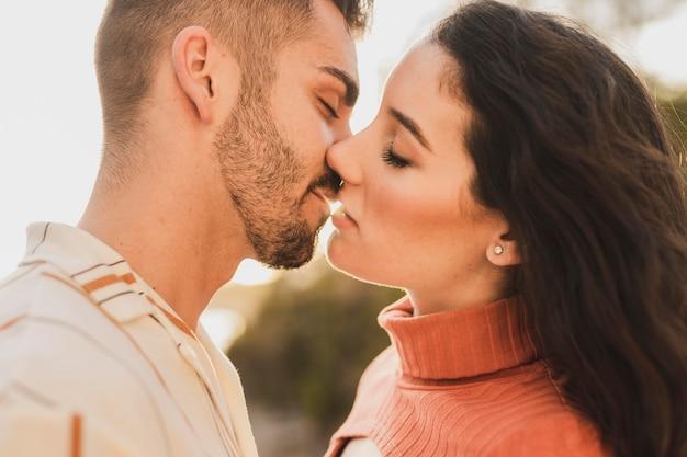 若いカップルがキス