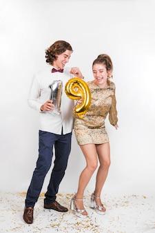 생일 파티에서 춤추는 동안 웃 고 젊은 부부