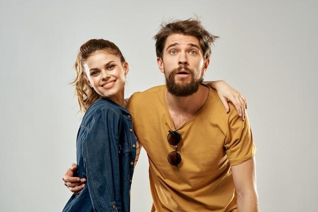 若いカップルのライフスタイル感情コミュニケーションファッションライト。