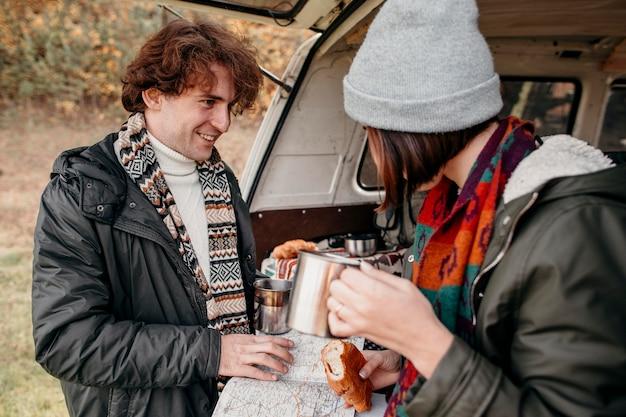 新しい目的地の地図を見ている若いカップル