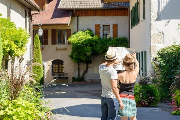 地図を見て若いカップル