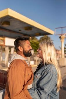 Молодая пара, глядя друг на друга, улыбаясь