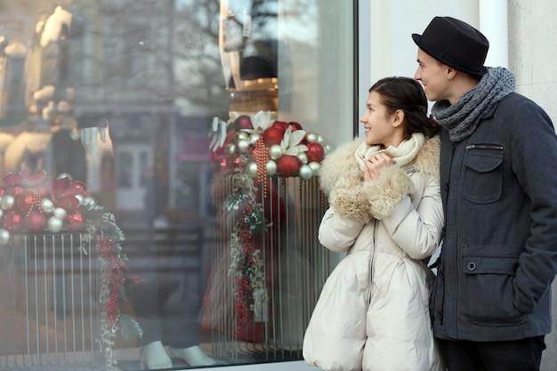 お店のディスプレイを見ている若いカップル